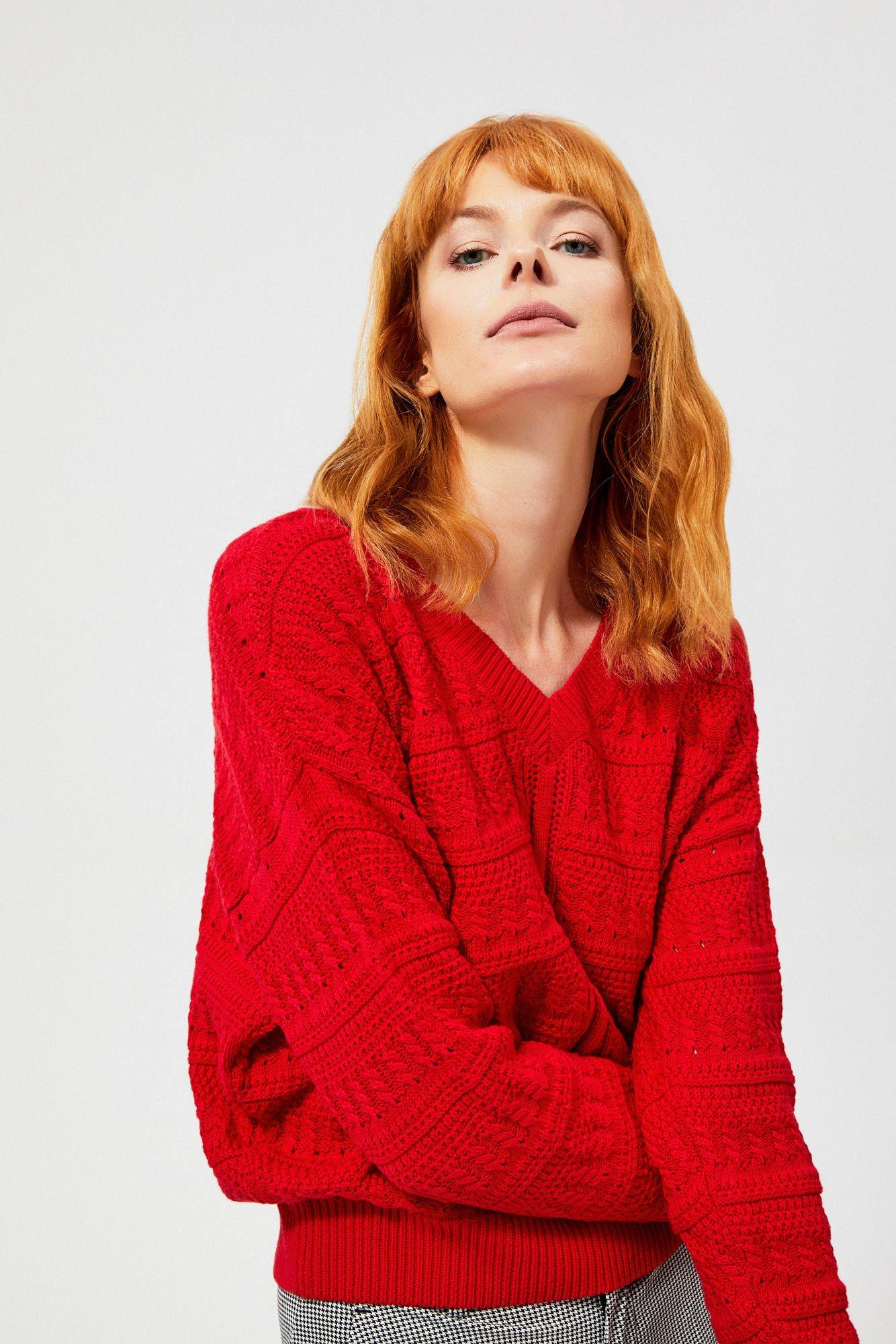 Sweter typu oversize o wyraźnym splocie
