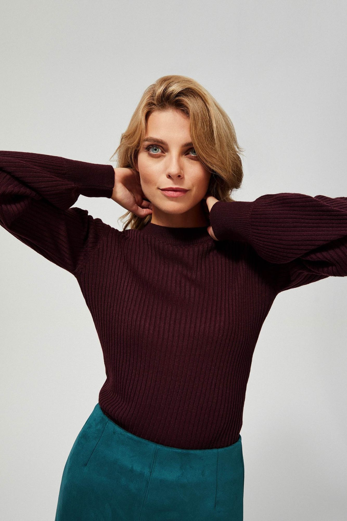 Prążkowany sweter z bufiastymi rękawami