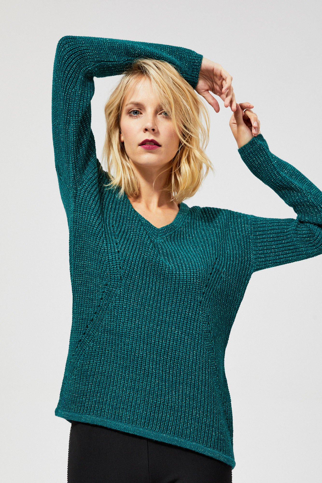 Sweter o wyraźnym splocie z metaliczną nitką