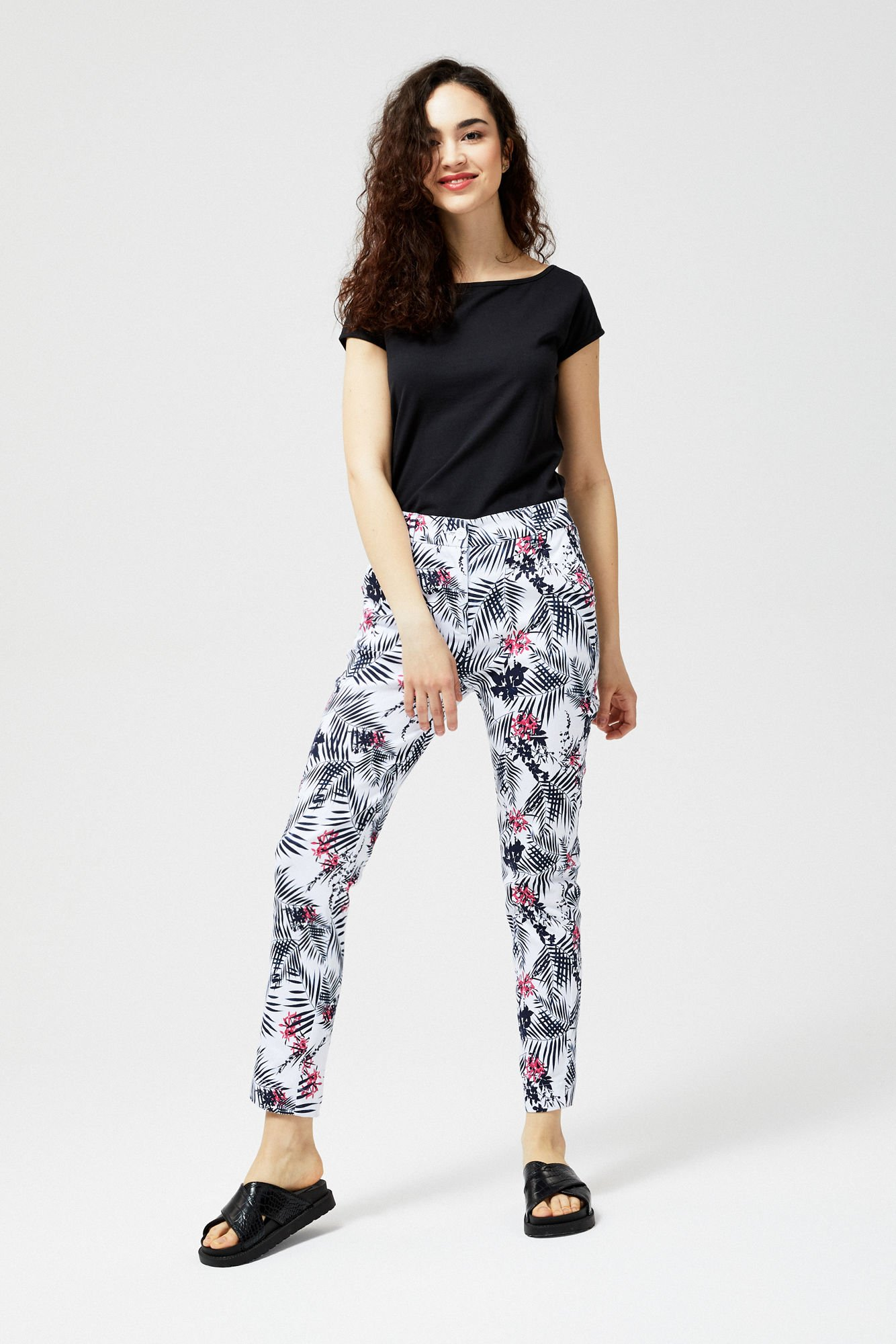 Białe spodnie w kolorowe kwiaty
