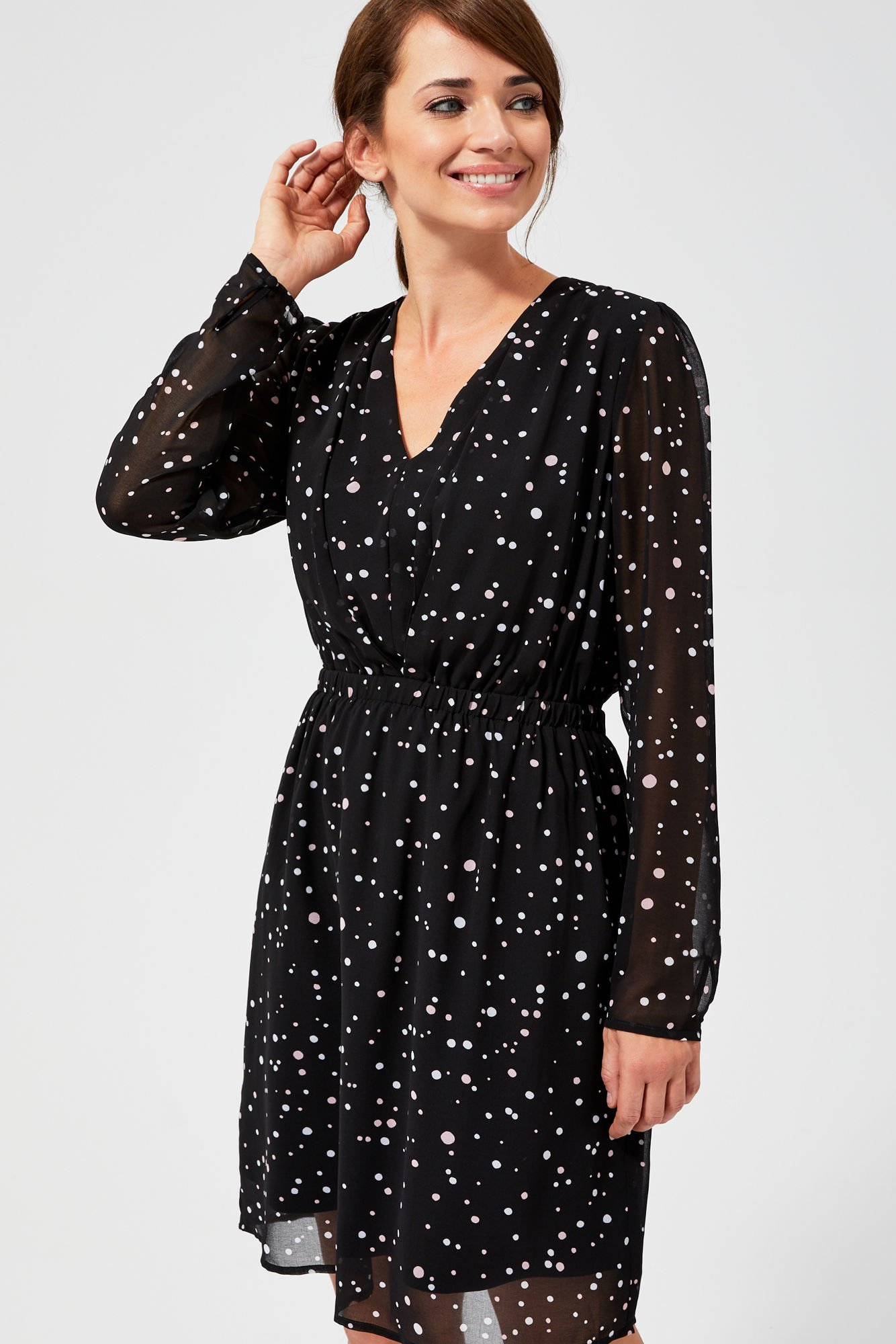 Sukienka w groszki z gumą w talii